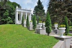 Gazeboen i Spa parkerar av Kislovodsk i dalen av rosor Royaltyfria Foton