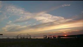 Gazebos comunes de las imágenes de vídeo en el time lapse de la playa 4K almacen de metraje de vídeo