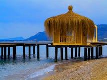 Gazebos errichtet auf dem Strand nahe dem neuen Hotel Lizenzfreies Stockbild