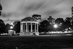 Gazeebo gegen Stadt nachts Stockbild