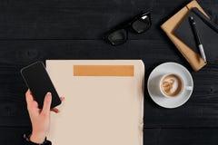 Gazeta i filiżanka, czytelniczy szkła, notatnik, wręczamy mienia smartphone Obrazy Stock
