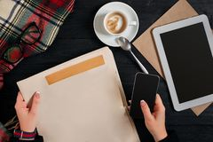 Gazeta i filiżanka, czytelniczy szkła, notatnik, wręczamy mienia smartphone Obraz Stock