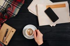 Gazeta i smartphone, czytelniczy szkła, notatnik, wręczamy trzymać filiżankę Obraz Royalty Free