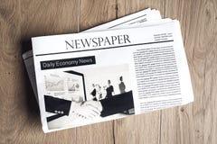Gazeta na drewnianym stole obrazy stock