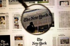 Gazeta tytuł zamknięty w górę widoku pod powiększać - szkło na ekranie komputerowym Piękni tła zdjęcia royalty free