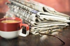 Gazeta z filiżanką kawy Obraz Stock