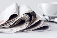 Gazeta z filiżanką kawy na stole Zdjęcie Royalty Free