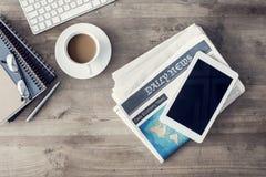 Gazeta z filiżanką kawy na stole Fotografia Stock