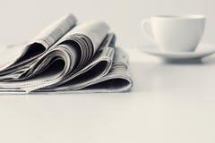 Gazeta z filiżanką kawy na stole Fotografia Royalty Free