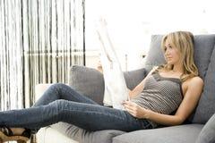 gazetowy czytanie Zdjęcie Royalty Free