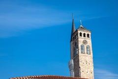 Gazi Husrev begova清真寺的尖塔在萨拉热窝义卖市场旁边clocktower的,在波黑 免版税库存照片