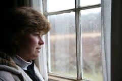 gazing вне окно Стоковые Фото