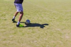 Gazon artificiel dans le sable Match de football pour des enfants Tournoi du football de formation et de football Jambes dans des Photo libre de droits