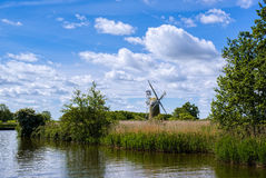 GAZON DE BARTON, NORFOLK/UK - 23 MAI : Vue de moulin de marais de gazon chez Bart Photos libres de droits