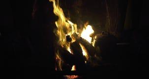 Gazon de tourbe brûlant le feu ouvert d'un marais en Irlande banque de vidéos