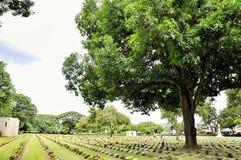 Gazon in een begraafplaats met grafstenen Royalty-vrije Stock Foto