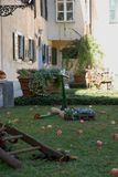 Gazon met rode appelen en kleurrijke bloemen in het kasteel van Strassoldo Friuli (Italië) Stock Foto