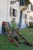 Gazon met rode appelen en kleurrijke bloemen in het kasteel van Strassoldo Friuli (Italië) Stock Fotografie