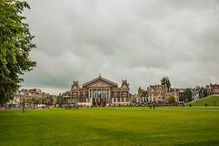 Gazon Museumplein muzeum kwadrat przed Concertgebouw filharmonią w Amsterdam zdjęcie stock