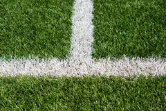 Gazon vert de terrain de football avec les lignes peintes par blanc Photo libre de droits