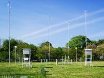 Gazon z meteorologicznymi instrumentami dla mierzyć wiatrową prędkość, temperaturę i wilgotność na pogodnym letnim dniu, obrazy royalty free