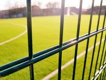 Gazongebied voor het spelen minifootball achter het groene omheiningsnetwerk Stock Fotografie