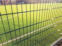 Gazongebied voor het spelen minifootball achter het groene omheiningsnetwerk Royalty-vrije Stock Afbeeldingen