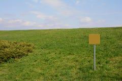 Gazonheuvel met een teken Royalty-vrije Stock Foto
