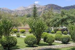 Gazons, struiken en bomen in het park royalty-vrije stock afbeeldingen
