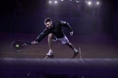 Gazonu gracz w tenisa w akci Obrazy Stock