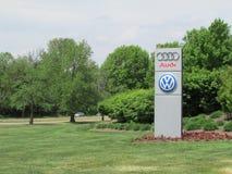 Gazonu znak VAG VW Audi centrum dystrybucyjne w NJ Obrazy Stock