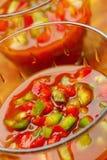 Gazpacho με τα τεμαχισμένα κόκκινα και πράσινα πιπέρια στοκ εικόνες με δικαίωμα ελεύθερης χρήσης