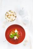 Gazpacho με croutons και τα λαχανικά σε ένα κύπελλο στον άσπρο πίνακα Στοκ εικόνα με δικαίωμα ελεύθερης χρήσης