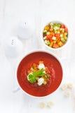 Gazpacho με croutons και τα λαχανικά σε ένα κύπελλο, τοπ άποψη Στοκ Εικόνα