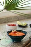 gazpacho вино красного риса paella померанцев фокуса кухни предпосылки селективное испанское Андалузский холодный суп, который сл Стоковая Фотография