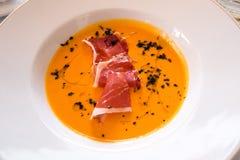 Gazpacho avec la tranche de jambon et de vinaigre Photographie stock libre de droits