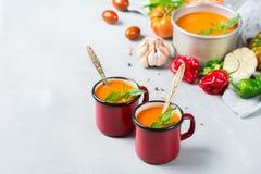 Gazpacho de la sopa de la pimienta del tomate con ajo Imagenes de archivo