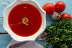 Gazpacho del tomate en el plato blanco Fotografía de archivo