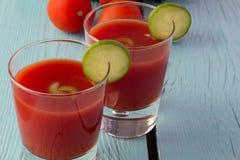Gazpacho del tomate en vidrios sobre la tabla de madera azul Imagenes de archivo