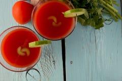 Gazpacho del tomate en vidrios sobre la tabla de madera azul Imágenes de archivo libres de regalías