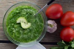 Gazpacho do pepino na bacia de vidro Imagem de Stock