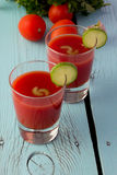 Gazpacho do tomate nos vidros sobre a tabela de madeira azul Imagem de Stock