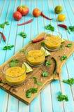 Gazpacho et ingrédients de soupe à tomate au-dessus de fond en bois de turquoise Image stock
