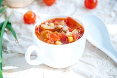 Gazpacho et ingrédients sur une table Photos stock