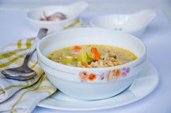 Gazpacho et ingrédients sur une table Photos libres de droits