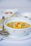 Gazpacho et ingrédients sur une table Image libre de droits