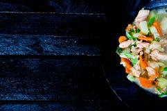 Gazpacho et ingrédients sur une table Images stock