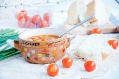 Gazpacho et ingrédients sur une table Photographie stock libre de droits