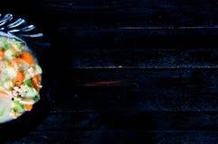 Gazpacho et ingrédients sur une table Images libres de droits