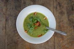 Gazpacho na tabela de madeira, fim da sopa acima Imagens de Stock Royalty Free